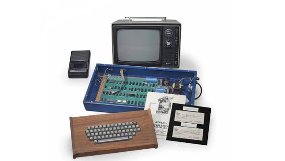 1970年代半ばに発売され、アップルにとって初めてのコンピュータとなったApple Iが、9月に米ボストンのRRオークションにて出品されることが明らかとなりました。 今回出品されるのは専門家によって修理され、約8時間もエラーを起こすことなく動作した「完全稼働品」です。元々は未使用品で、基板も物理的改造を一切していないとされ、落札価格は30万ドル(約3300万円)以上と見積もられています。