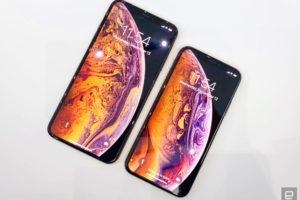 ▲左から6.5インチの「iPhone XS Max」と5.8インチの「iPhone XS」