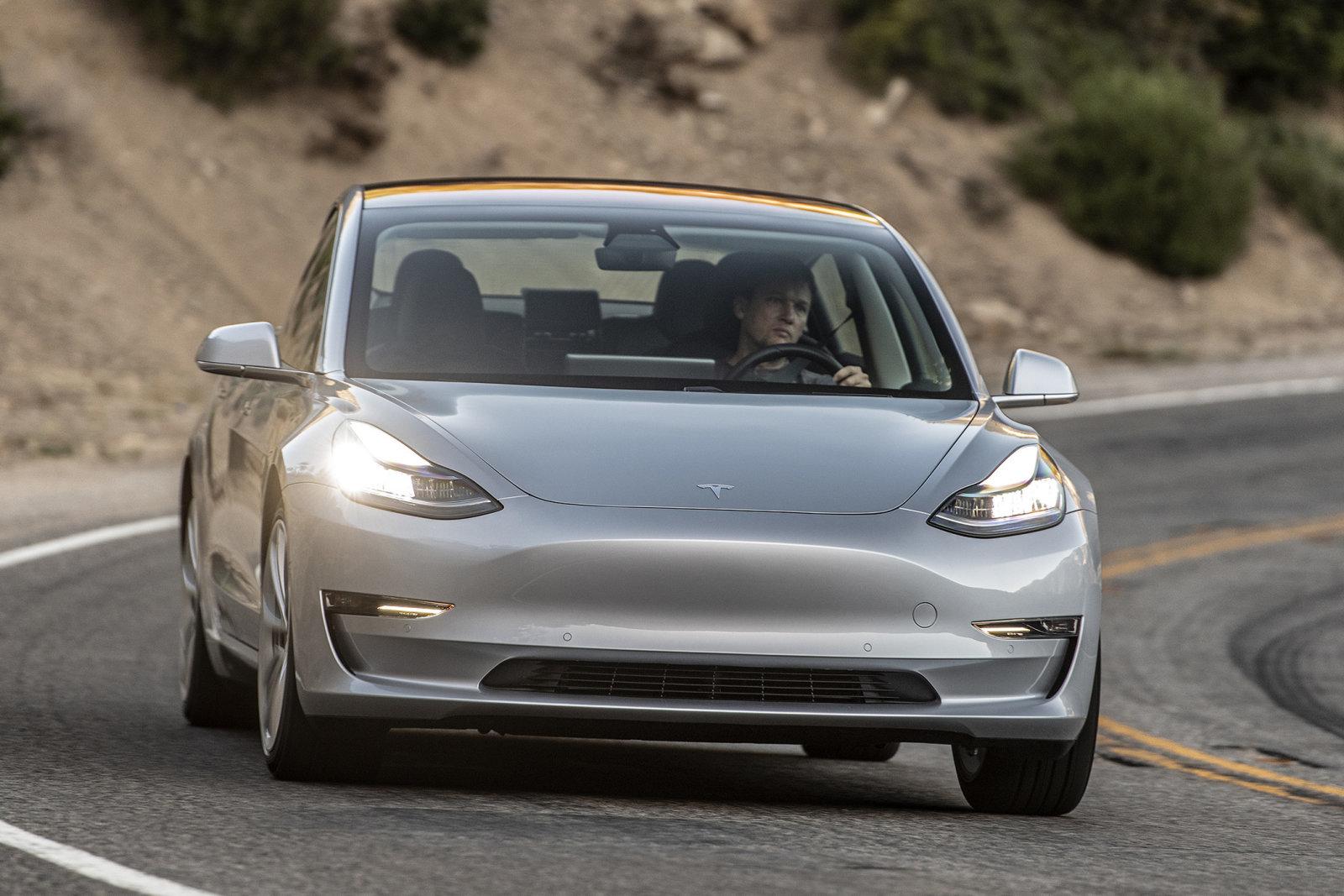 テスラ、Model 3に台数限定かつ先着順の「即納車」。予約待ちの人に招待メール