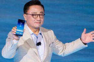 新型iPhoneから人気を奪うか ── サムスン、折りたたみ式スマートフォン発表へ